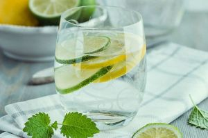 آب لیمو را با آب سرد مخلوط کنیم و یا آب گرم
